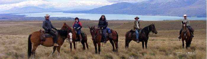 A group of horse trekkers stop at nearby Lake Pukaki.